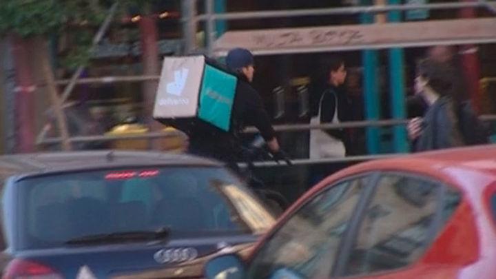 Un juzgado considera que los repartidores de Deliveroo son trabajadores suyos