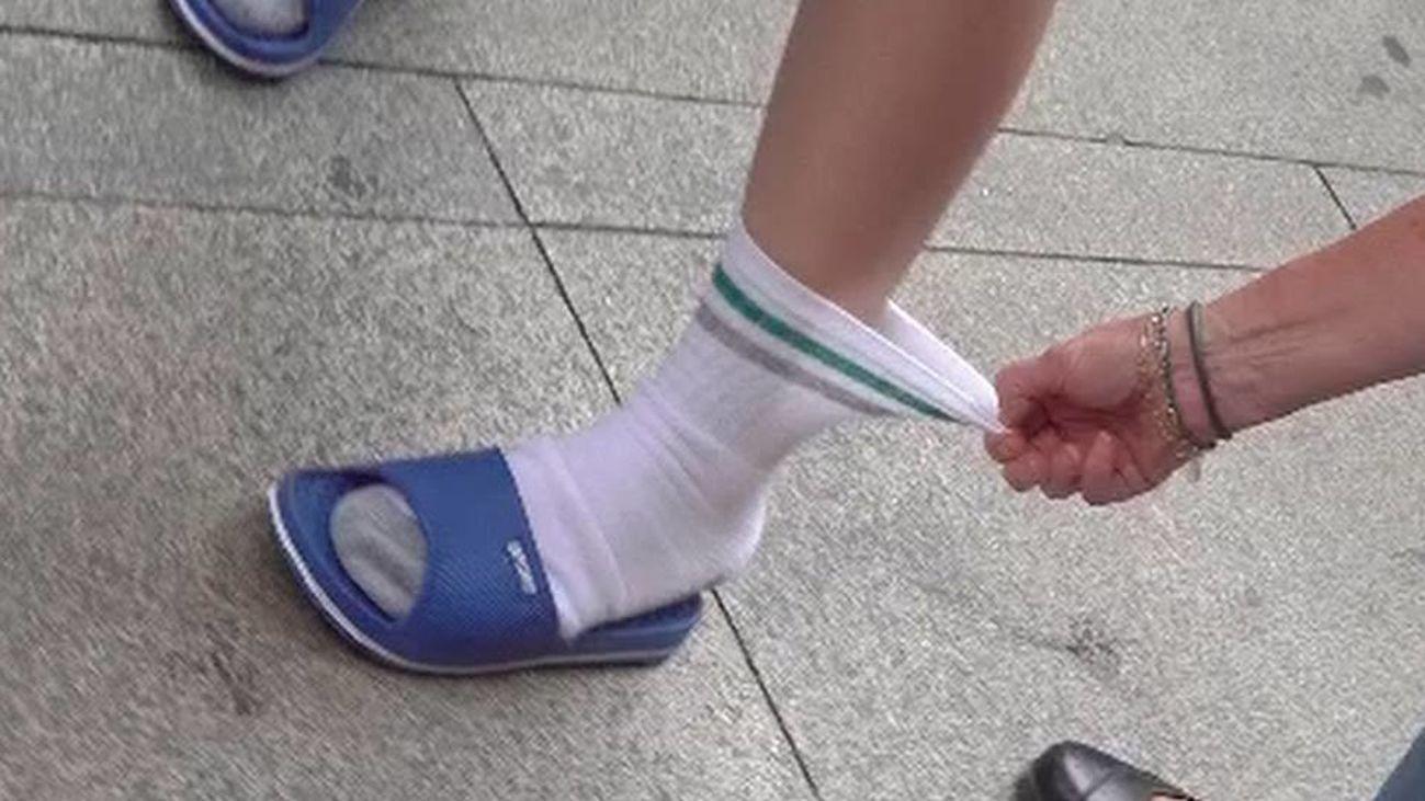 ¡Atentos, chanclas con calcetines, la moda del verano!