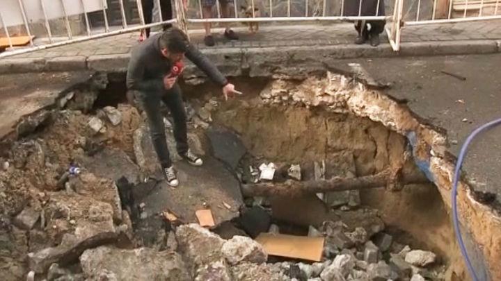 Un socavón que lleva tres años en el puente de Vallecas