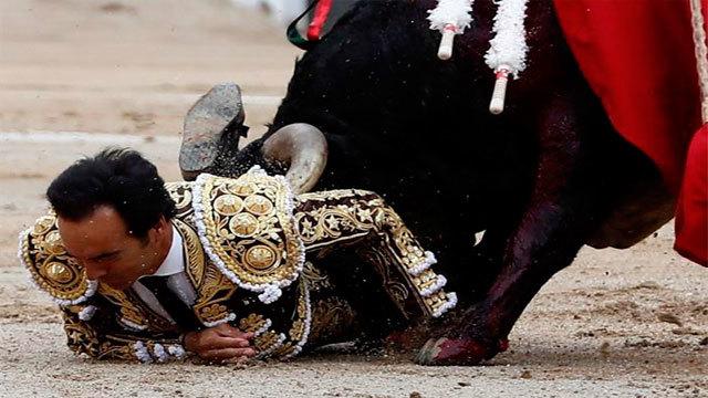 """El diestro Manuel Jesús """"El Cid"""" cogido en su faena en la Feria de San Isidro"""