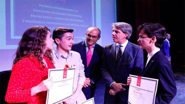 Rafael van Grieken y angel Garrido con algunos de los premiados