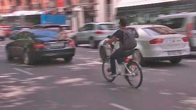 Usuario de BiciMad circulando por la capital