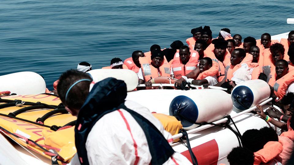 El 'Aquarius' junto con dos barcos italianos viajan hacia Valencia