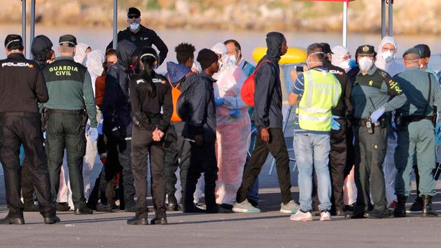 El Dattilo atraca en Valencia con 274 de los 630 inmigrantes del Aquarius