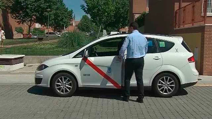 Los taxistas madrileños aprueban ir uniformados de color azul