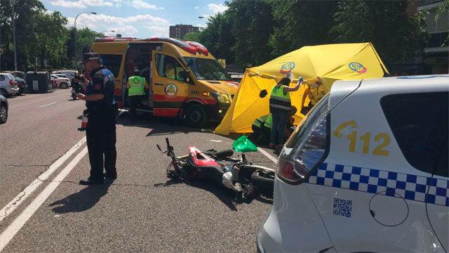 La moto colisionó contra vehículo en Moratalaz
