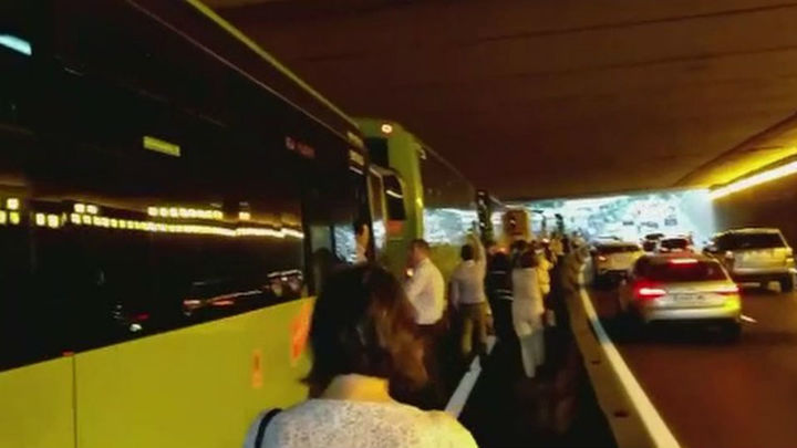 Un autobús averiado en el intercambiador de Moncloa atasca el acceso por A-6