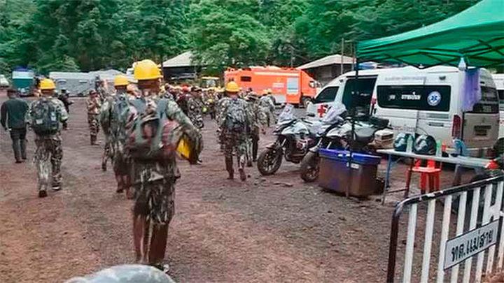 Hallan vivos a los 12 escolares perdidos hace 9 días en una cueva tailandesa