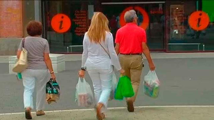 Las bolsas de plástico empezarán a cobrarse, como paso previo a su prohibición total en 2021