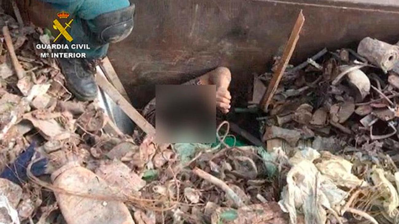La Guardia Civil ha rescatado a ocho inmigrantes que se encontraban ocultos entre la carga de un camión de chatarra