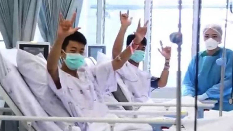 Varios de los niños rescatados de la cueva Tham Luang son atendidos en el hospital
