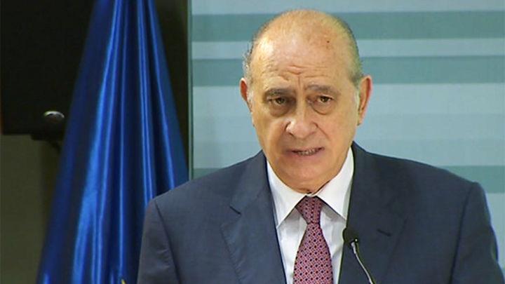 Reproches a la gestión del ministro del Interior, al que los diputados socialistas acusan de utilizar a la policía para espiar