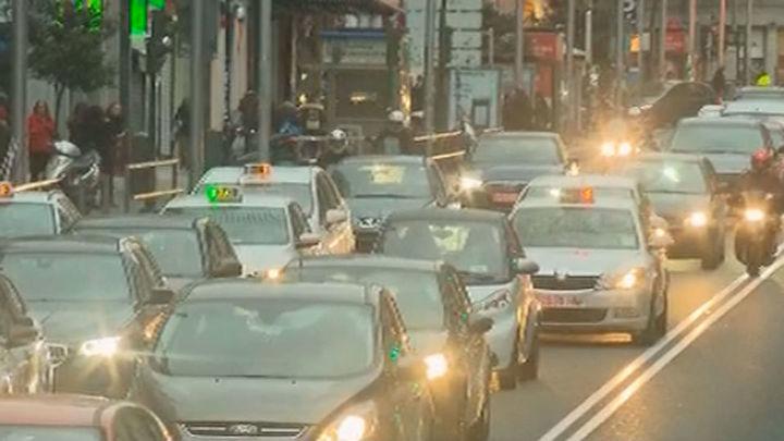 Los coches vuelven a la Gran vía, Atocha y Mayor este lunes