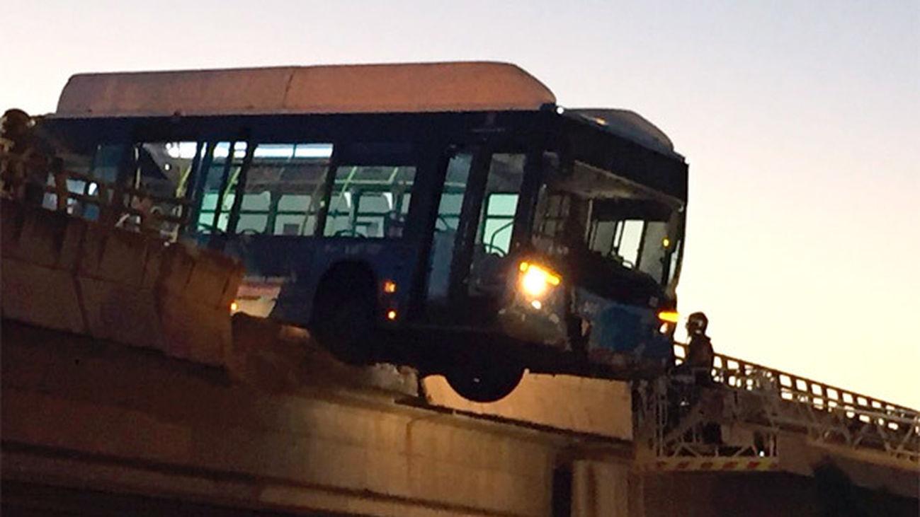 Un bus lanzadera del Mad Cool sin pasajeros queda suspendido de un puente en la M-11