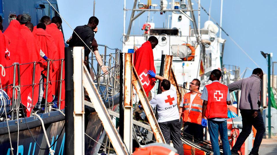 Llegada de una de las embarcaciones rescatadas por Salvamento Marítimo