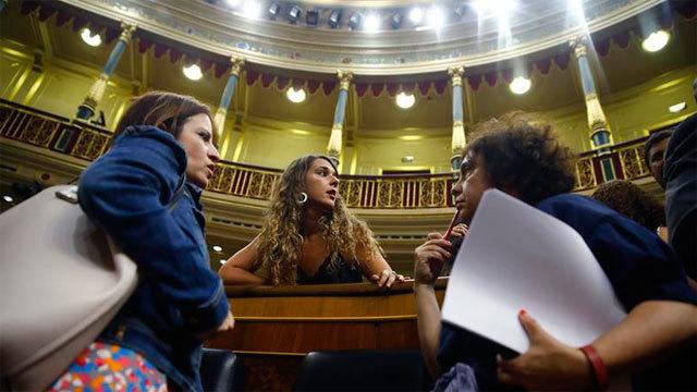 La vicesecretaria general del PSOE, Adriana Lastra conversa con la diputada de Unidos Podemos, Noelia Vera tras la votación