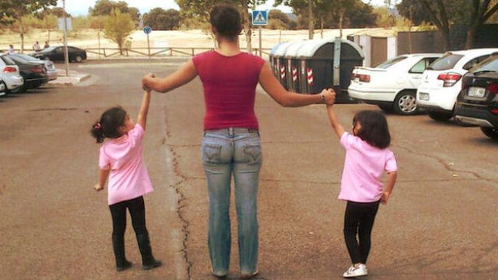 La controvertida iniciativa de usar un lazo azul para niños con autismo durante el confinamiento