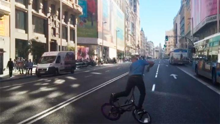 Cuatro horas sin tráfico privado en Gran Vía  sitúan al viandante como protagonista de la calle