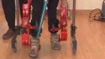 Tres niños prueban en su casa el primer exoesqueleto infantil