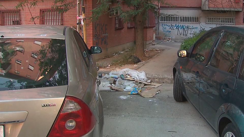 La suciedad inunda las calles de Carabanchel
