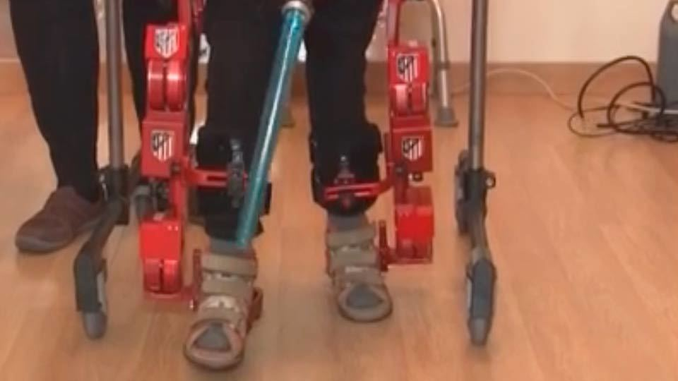 Probando el primer exoesqueleto infantil