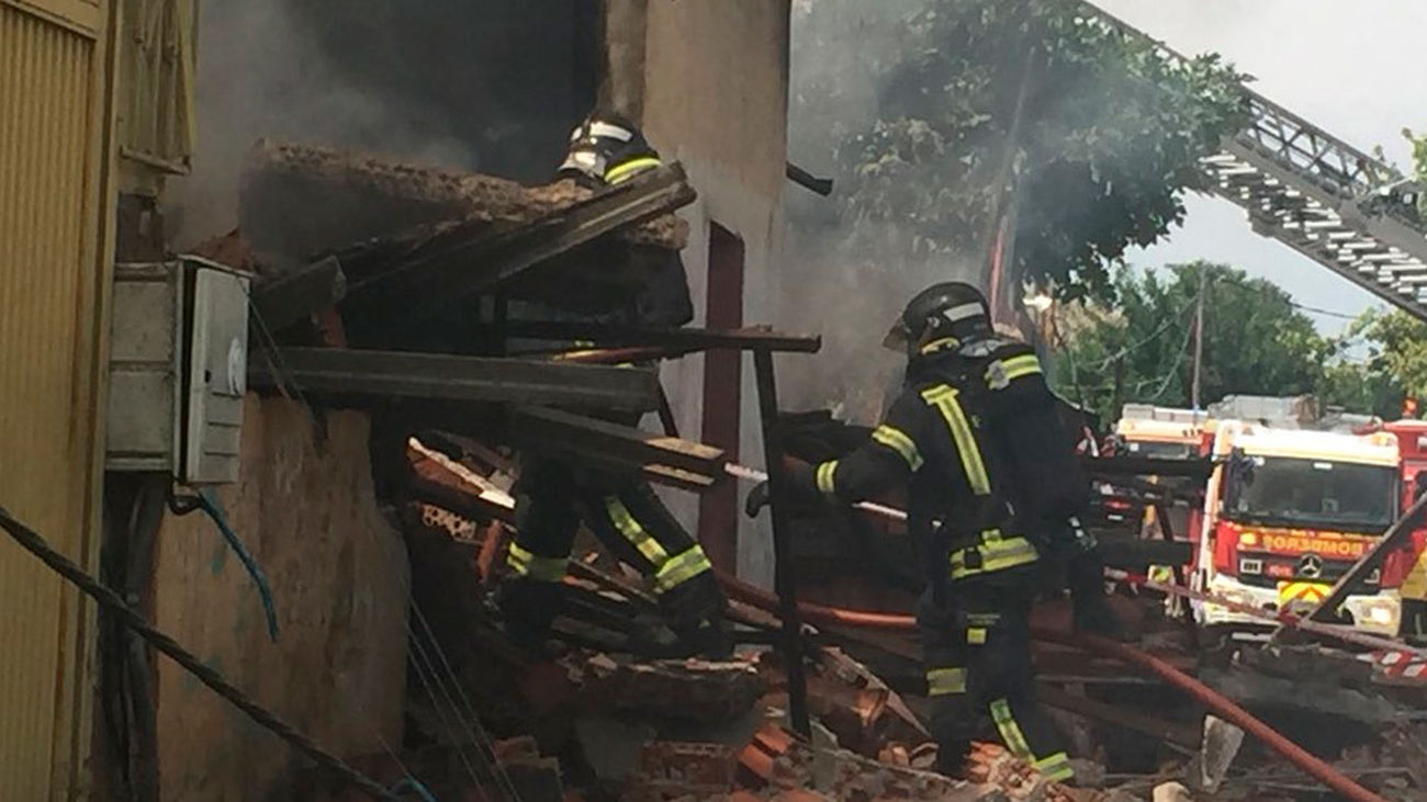 Un incendio en la Cañada Real afecta  a dos naves y una chabola y deja a un herido leve