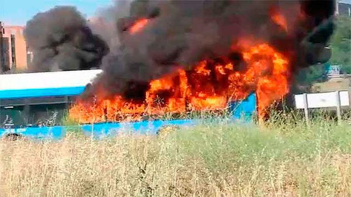 Un autobús de la EMT arde envuelto en llamas en la Alameda de Osuna
