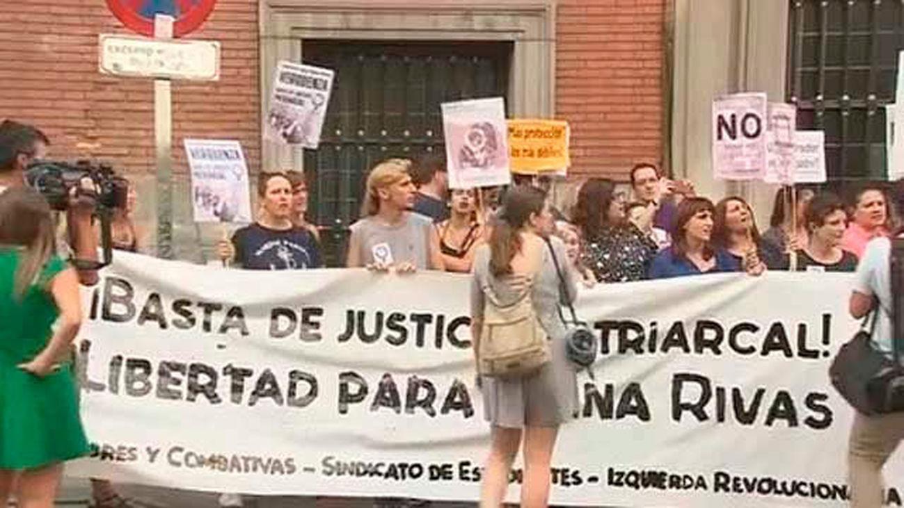 """Más de un centenar de personas contra la condena a Juana Rivas al grito de """"no estás sola"""""""