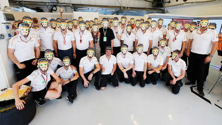 Tarta y caretas en el cumpleaños de Fernando Alonso
