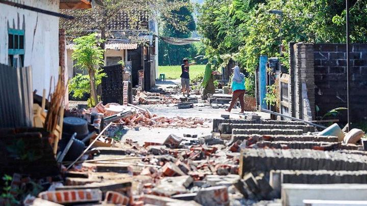 98 muertos y más de 200 los heridos por el terremoto de magnitud 6,9 en Indonesia