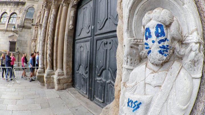 Aparece un grafiti en una figura del exterior de la catedral de Santiago