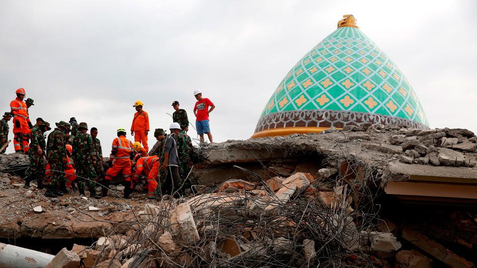 Miembros del personal de rescate trabajan en la búsqueda de víctimas de un terremoto en la isla indonesia de Lombok