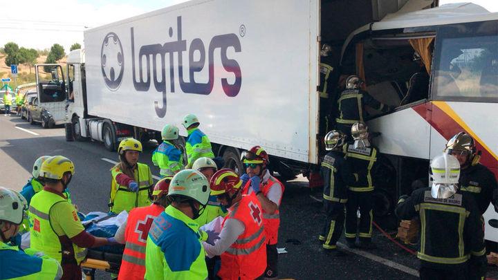 Fallece el conductor de un autobús tras chocar contra un camión en la M-50