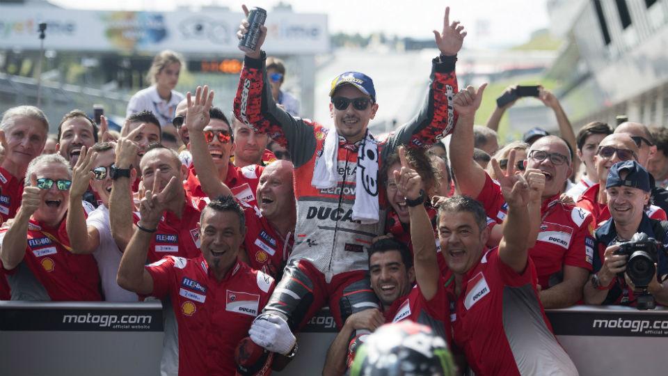 Lorenzo gana el mano a mano a Márquez y suma su tercera victoria