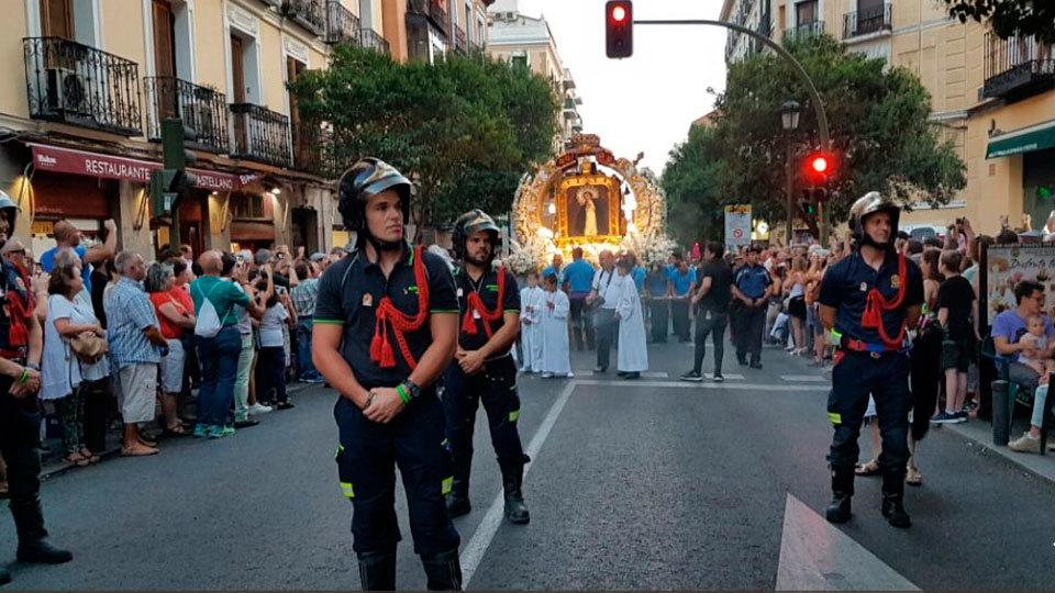 Bomberos de Madrid con la Virgen de la Paloma