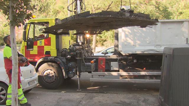 Retirado de contenedores quemados en Palomeras