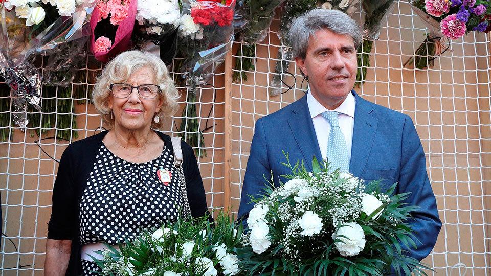 La alcaldesa de Madrid, Manuela Carmena, y el presidente de la Comunidad de Madrid, Ángel Garrido, en la ofrenda floral con mot