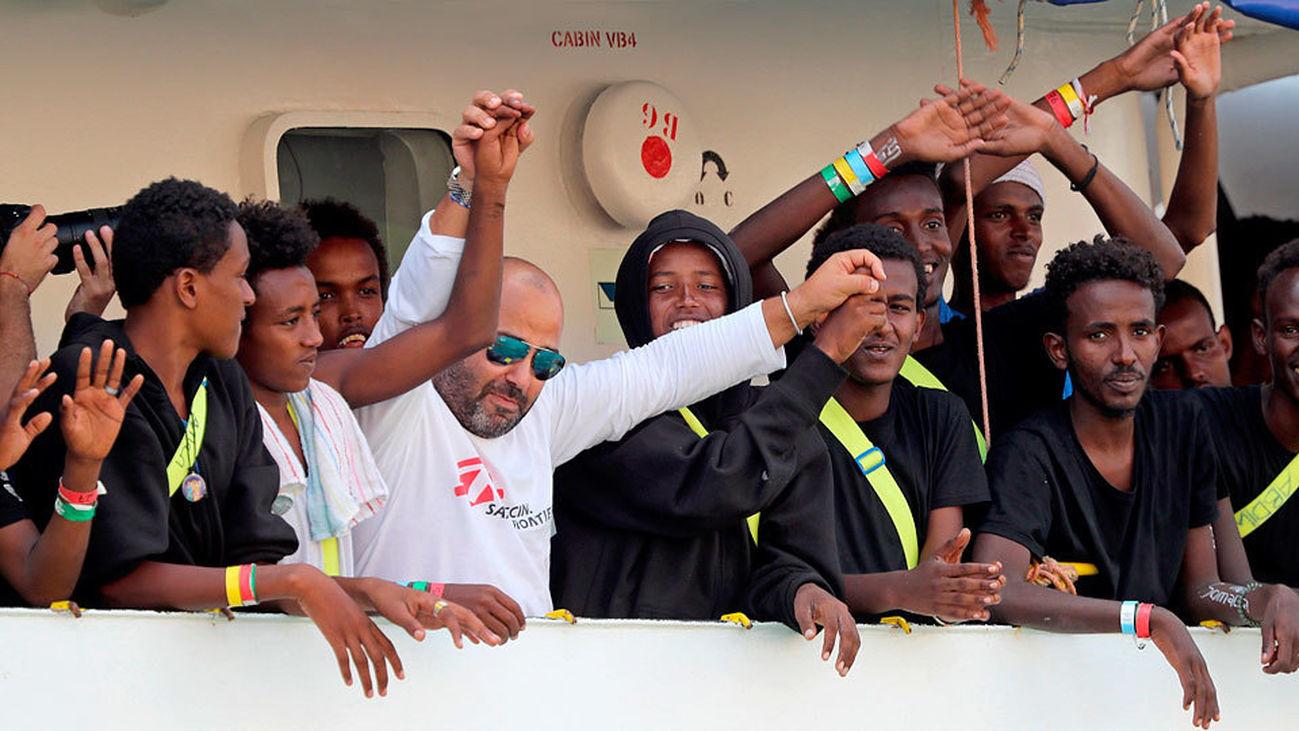 El Aquarius llega a puerto mientras la UE celebra el reparto voluntario