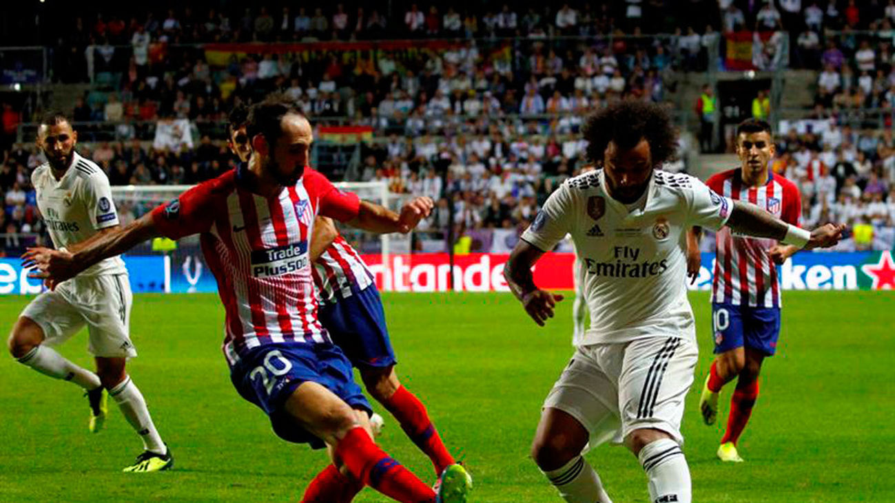 Marcelo disputa el balón con Juanfran