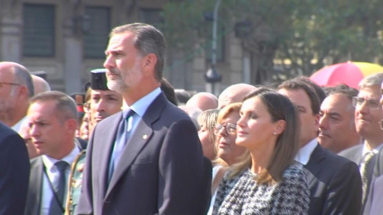 'Vivas' al Rey al llegar al homenaje  a las víctimas del atentado en Barcelona