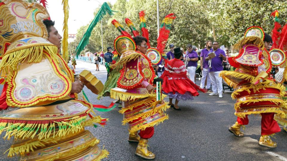 2.000 bolivianos danzan en Madrid para festejar la Virgen de Urkupiña