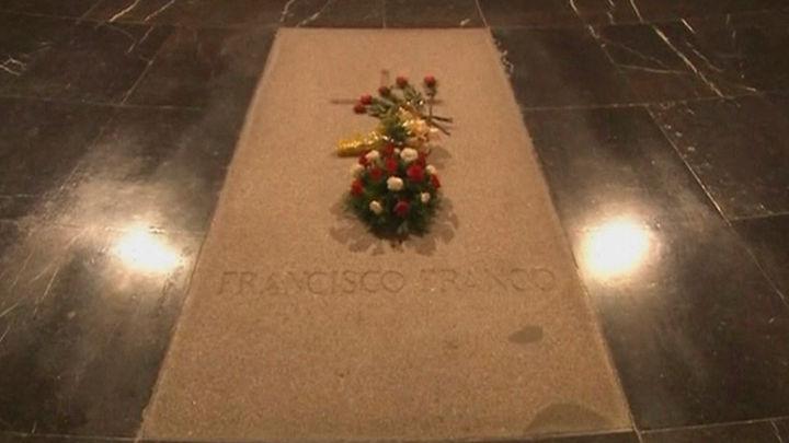 El Gobierno notificará a partir de hoy  'a todos los nietos de Franco' la exhumación