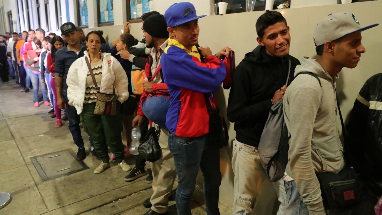 Inmigrantes venezolanos hacen fila en la frontera con Ecuador