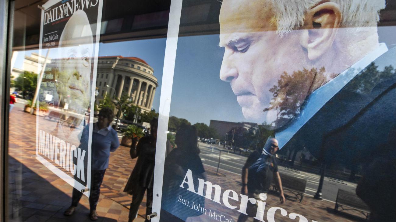 Planean dos capillas ardientes y dos funerales para el senador John McCain