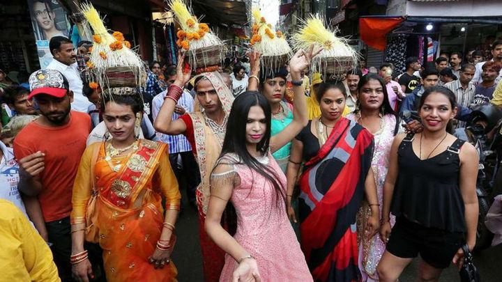 Las transexuales se engalanan y rezan por la llegada de la lluvia en la India