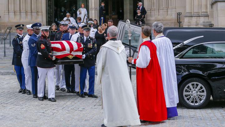 Familiares, amigos y expresidentes dan el último adiós a McCain en Washington