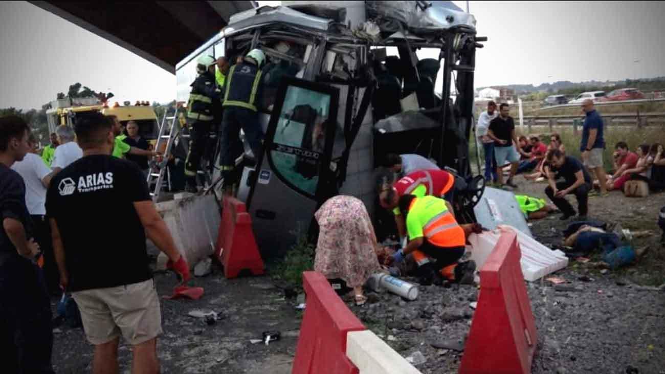 Un autobús de  Alsa choca contra un pilar de un paso elevado en la variante de Avilés