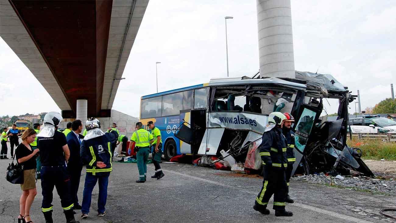 Al menos 5 muertos al chocar un autobús de ALSA con un pilar en Avilés