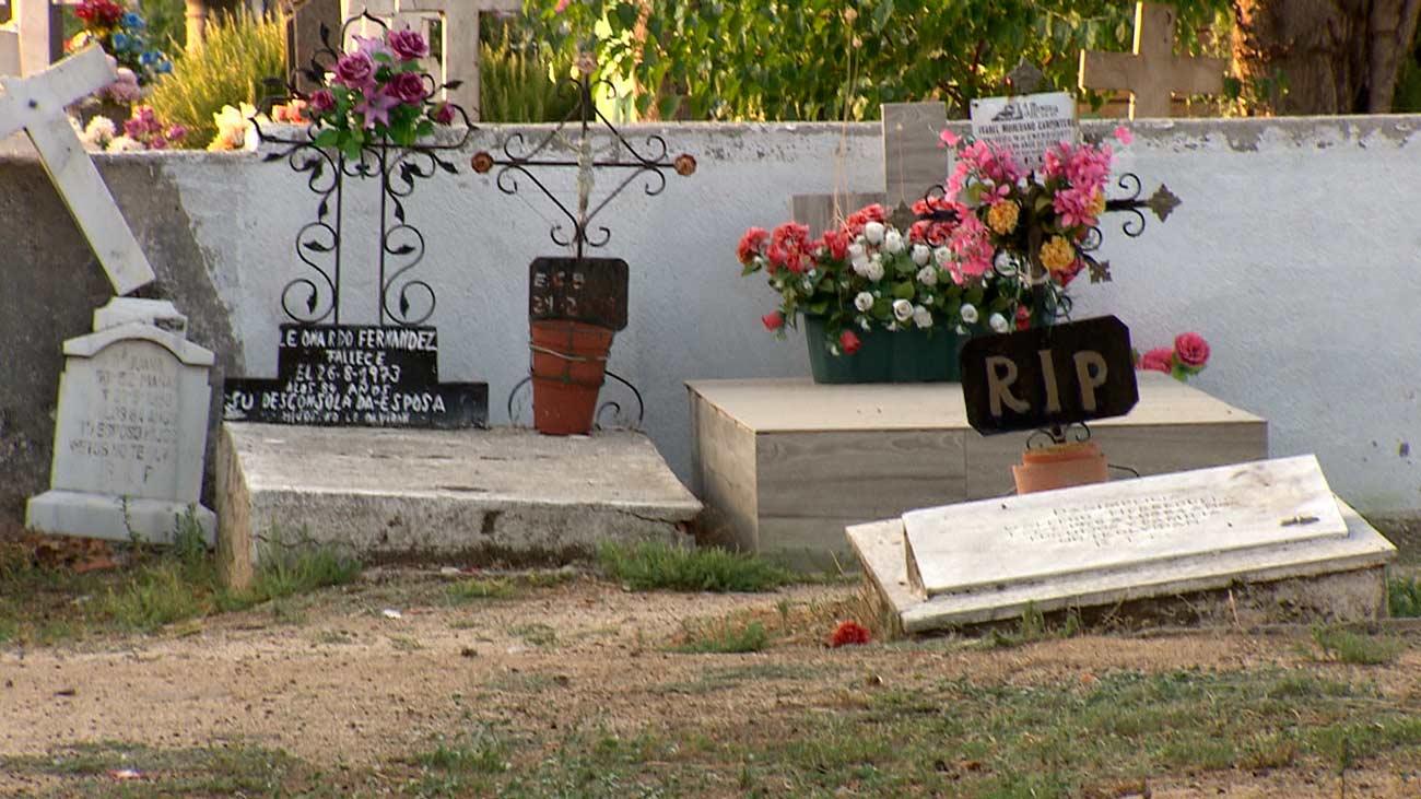 Tumbas rotas y ataúdes por el suelo, el lamentable estado del cementerio de Fuenlabrada