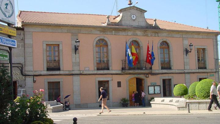 El Ayuntamiento de Valdemorillo se ilumina de azul turquesa para dar visibilidad a la dislexia